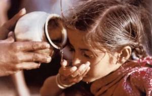 水を飲むインドの少女