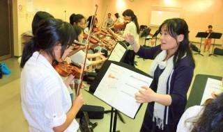 """50人がバイオリン初体験 筋肉ほぐして """"特訓"""""""
