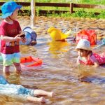 浦安点描:梅雨明け、子供が水浴び楽しむ