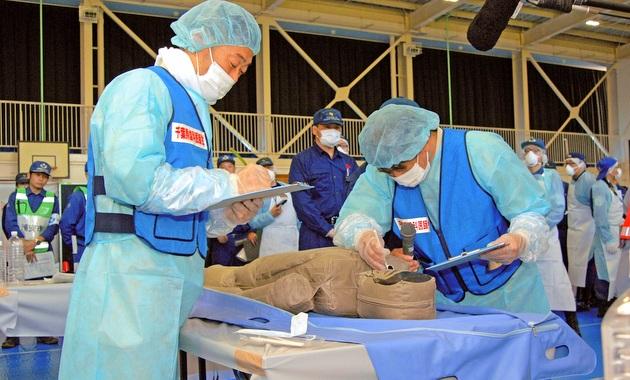 人形を使った遺体取扱訓練 首都直下型で震度7想定