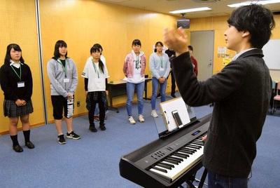 発声の基本を学ぶ中学生・高校生
