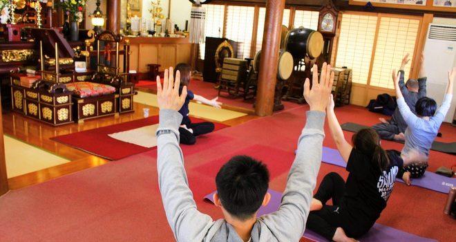 体と心の変化を実感 「寺ヨガ」でお経とヨガとティー
