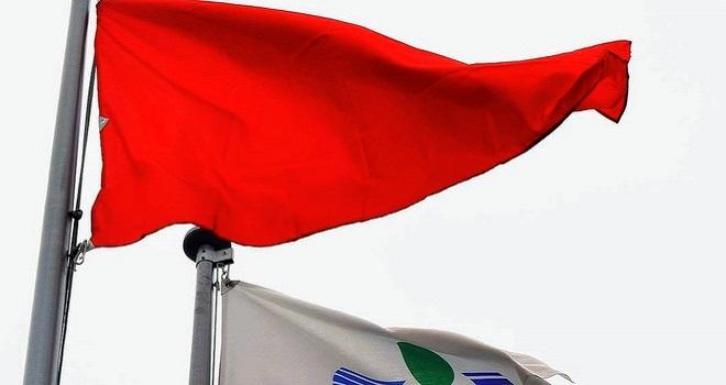 市内16ヵ所に赤色の旗 コロナ警報を発令