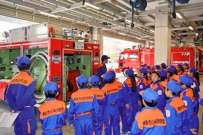 少年消防団訓練:消防車両見学