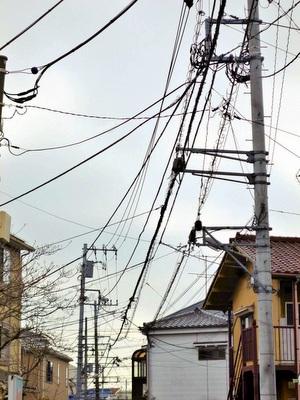 建ち並ぶ電柱と電線