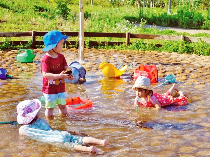 梅雨明け、子供が水浴び楽しむ