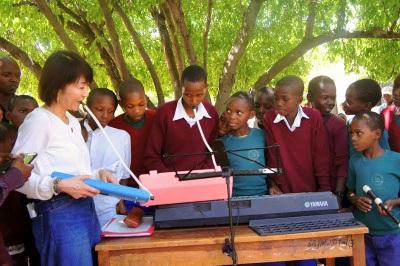 アフリカでの楽器寄贈