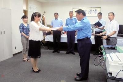 表彰状を受ける高橋さんと加藤さん