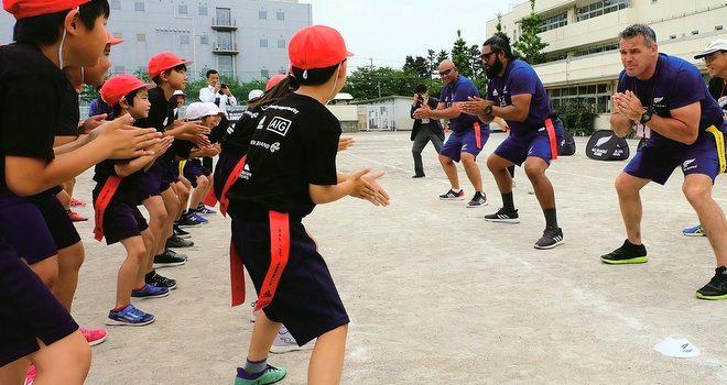 小学生にタグラグビー NZラグビーコーチが指導