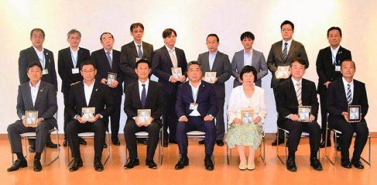 市の公益のために寄付した人・団体表彰 小中学校に新聞届ける 浦安新聞組合を評価